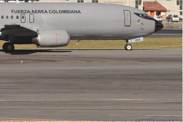 8650c-Boeing-737-400-Colombie-air-force