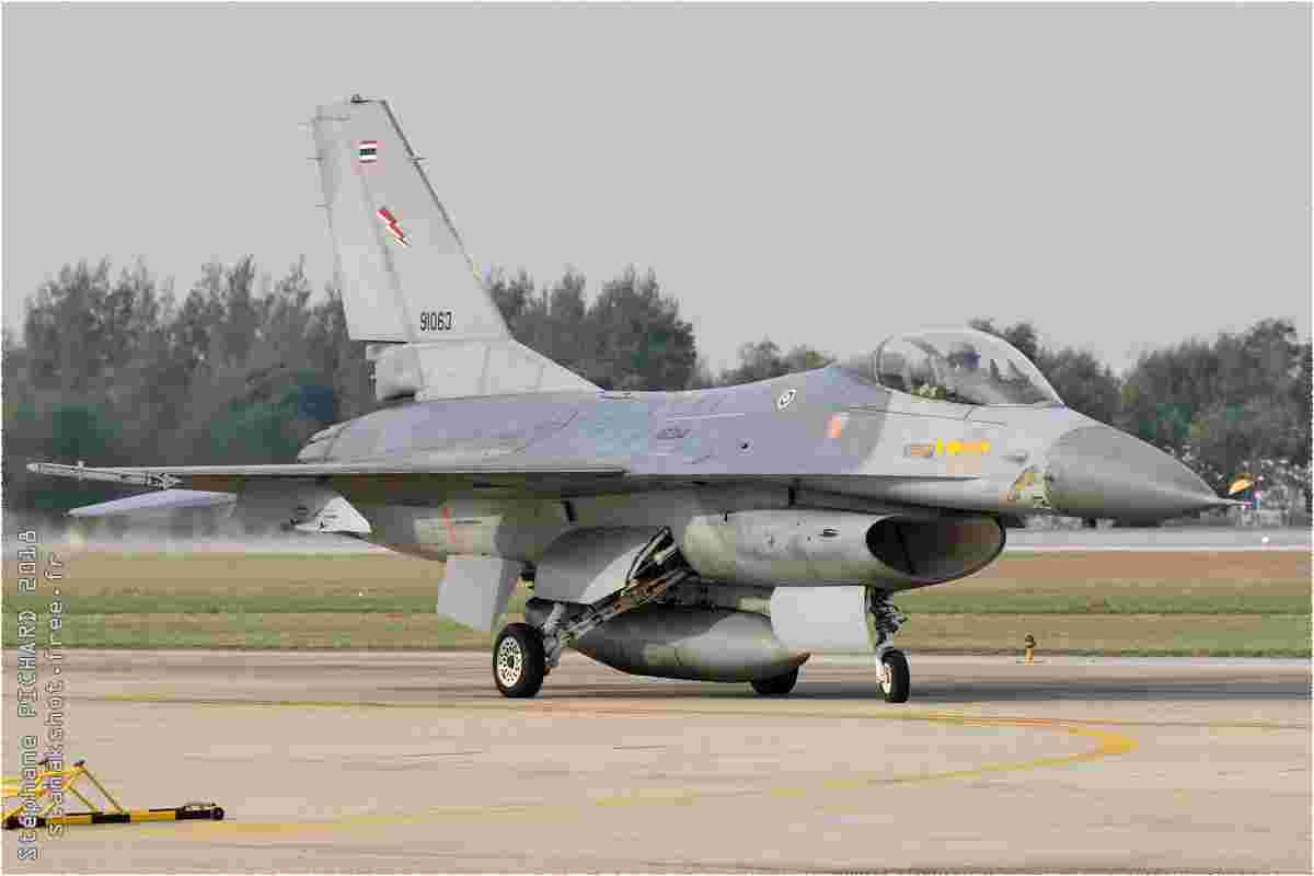 tofcomp#10519 F-16 de la Force aérienne royale thaïlandaise au roulage à Bangkok-Don Muang (THA) en 2018